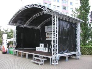 Bühne mit Dach